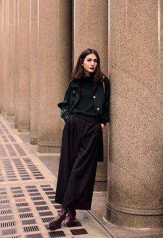 A versão cropped da pantalona - a pantacourt - também faz sucesso entre as fashion girls e fica incrível com um tricot preto e um casaco longo. it-girl - turtleneck-pantacourt - pantacourt - meia estação - street style