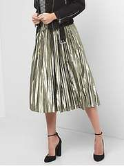 metallic skirt | 20 #winteroutfits to copy now #theeverygirl
