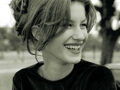 Gisele Bündchen in 1996 Psycho Girl, Reality Shows, Real Model, 90s Models, Vogue, Italian Girls, Poses, Dream Hair, Timeless Beauty