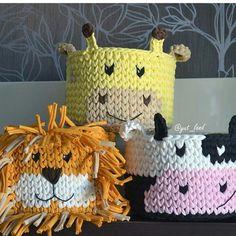 No photo description available. Crochet Bowl, Crochet Basket Pattern, Crochet Yarn, Crochet Patterns, Crochet Home Decor, Crochet Crafts, Crochet Projects, Baby Girl Crochet, Love Crochet