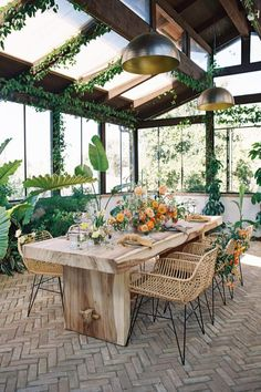 Garden house dinner with fresh and vibrant blooms! Photo: @carliestatsky Home Wedding, Garden Wedding, Private Estate Wedding, Flower Studio, Modern Typography, Spanish Colonial, Outdoor Furniture Sets, Outdoor Decor, Intimate Weddings