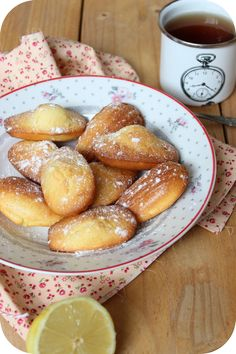 Madeleines au citron de Cyril Lignac (1) Meat Recipes, Snack Recipes, Cooking Recipes, Snacks, Chefs, Biscuit Cake, Biscuit Cookies, Morrocan Food, Café Chocolate