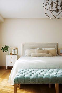 Dormitorio clásico y moderno en una casa de Nordelta, en base neutra de blanco, crudo y madera y acento celeste con el banco.
