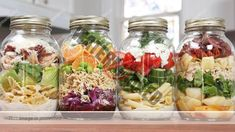 Make These Jarred Pasta Salads Ahead of Time What& better than a pre-made lunch? A HEALTHY pre-made lunch! These jarred pasta salads are easy to make and taste delicious! Mason Jar Meals, Meals In A Jar, Mason Jars, Easy Food To Make, How To Make Salad, Healthy Lunches For Work, Healthy Eating, Healthy Life, Healthy Recipes