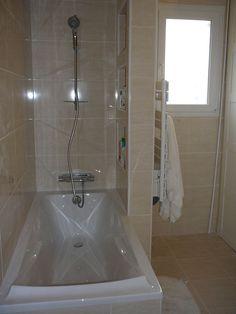 Baignoire 170x75 Jacob Delafon, mitigeur thermostatique cascade Grohe, colonne de douche Anconetti 3 jets, 3 niches pour produits, sèche serviette avec ...