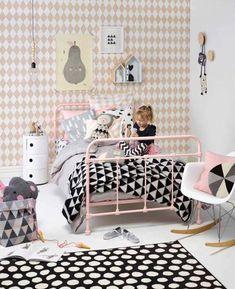 Pink, geometric forms, kartell table, muto dots, eames rocking chair, nordic room, kids. Dormitorios infantiles | Estilo Escandinavo