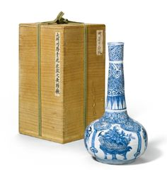 A BLUE AND WHITE BOTTLE MING DYNASTY, WANLI PERIOD - Sothebys