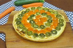 GLI INGREDIENTI 1 rotolo di pasta brisée 400g di ricotta 1 uovo sale 80g parmigiano pepe zucchine carote olio d'oliva q.b. LA PREPARAZIONE Rivestite una teglia dal diametro di 26 cm con