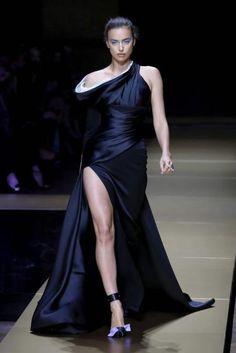 Fließende Silhouetten und Eiscreme-Farben hat Donatella Versace in Paris über den Laufsteg geschickt. (Bild: AFP)
