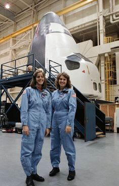 December 1985 – Teacher-in-Space icon Christa McAuliffe (right) and her backup Barbara Morgan pose for a photo after training in a space shuttle mockup at Johnson Space Center, Houston, Texas. Hubble Space Telescope, Space And Astronomy, Christa Mcauliffe, Space Shuttle Challenger, Nasa Space Program, Johnson Space Center, Nasa Astronauts, Nasa Spaceship, Barbara Morgan