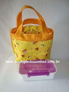Boutique dos Sonhos: Passo a Passo: Bolsa porta marmita térmica Lunch Bag Tutorials, Sac Lunch, Drawing Bag, Fabric Bags, Couture, Headbands, Sewing Projects, Purses, Handmade