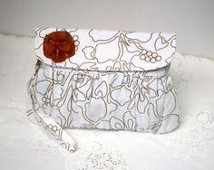 Plissee Kupplung weiss Leinen mit braun Blume von Oyeta auf Etsy, $30.00