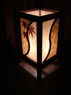 紙の中に楓の葉を埋め込んだ和紙でできた灯篭。光が程よく漏れている様子は和紙ならではで綺麗である。