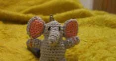 Hola amigas!!  Aqui os pongo este elefantito que he hecho para mi pendrive, porque perdi el llavero que tenia puesto. ¿No es una monada? ...
