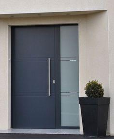 La gamme de porte d'entrée en aluminium proposée par PREMIUM comporte la série RAINURE qui s'adapte à tous les styles de construction. Le motif de votre choix est éxécuté en fraisant une ou plusieurs rainures dans le panneau. La structure du... Contemporary Front Doors, Modern Front Door, House Front Door, House Doors, Door Design Interior, Main Door Design, Front Door Design, Main Entrance Door, Entry Doors