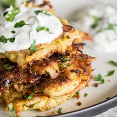 Es müssen nicht immer Kartoffeln sein! Die kleinen Reibeküchlein werden mit einem leichten Joghurt Dip mit frischer Petersilie und Dill verfeinert.