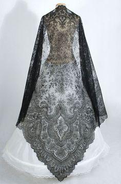 Antique lace at Vintage Textile: Chantilly lace shawl Estilo Fashion, Moda Fashion, Ideias Fashion, Womens Fashion, Fashion Shoes, Girl Fashion, Vintage Outfits, Vintage Dresses, Antique Clothing