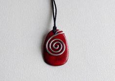 pendentif rouge en céramique émaillée orné de fil
