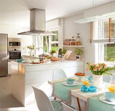 Diseñar la cocina en blanco es un acierto: no pasa de moda, aligera el peso del mobiliario y multiplica la claridad. Inspírate en estas 3 cocinas