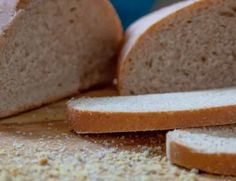 Homemade bread is great, but it can also be too crumbly. Bread baking has many variables, so here& the things you can do to reduce the crumb. Friendship Bread Recipe, Bread Head, Kneading Dough, Yeast Bread Recipes, Fun Baking Recipes, Wie Macht Man, Fun Cooking, Cooking Tips, Food Tips