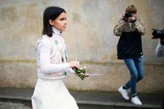 Miroslava Duma ilumina con su look consagrado al blanco la melancolía que hoy destila el cielo de la ciudad. París es un poco menos triste cuando la zarina rusa camina por sus jardines.