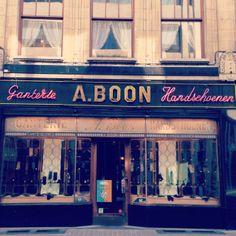 Ganterie A. Boon is de laatste handschoenenzaak in Antwerpen. Het bedrijf werd opgericht in 1884 door twee Italianen en in 1920 overgenomen ...