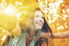 Schöne Frau im Herbst Landschaft – lizenzfreie Stock-Fotografie