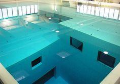 La piscina cubierta más profunda del mundo.[/b]   La piscina de buceo Nemo 33 en Bélgica, por extraño que parezca, tiene más de 33 metros de profundidad. Está lleno de 2.500.000 litros de agua no clorada, muy filtrada de manantial que se mantiene a 30 ° C (86 ° F) y contiene varias cuevas submarinas simuladas en el nivel de profundidad de 10 m. Hay numerosas ventanas debajo del agua que permiten a los visitantes bucear en las piscinas a distintas profundidades.