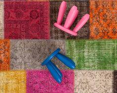 Le tapis Yagmur est un tapis patchwork de tapis et de couleurs ! Différentes couleurs, nuances et palettes se mêlent joliment sur le Yagmur. Ce tapis est composé de motifs et couleurs complexes qui le rendent idéal où que vous le placiez. Il passe notamment bien avec les tables de salon et tous les types de bois.  #sukhi #tapis #patchwork #multicolore #artisanat #Turquie