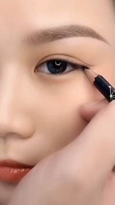 Eyebrow Makeup Tips, Makeup Tutorial Eyeliner, Makeup Eye Looks, Eye Makeup Steps, Eye Makeup Brushes, Beautiful Eye Makeup, Eyeshadow Makeup, Makeup Monolid, Hair Makeup
