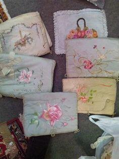 pochettes à lingerie en soie peinte ou brodée, début XXè
