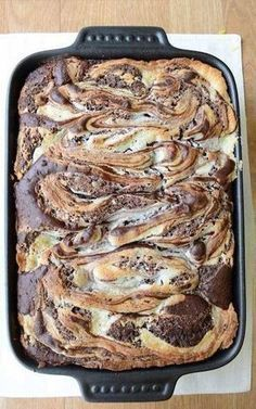 Earthquake Cake - THIS LOOKS AMAZING Ingredients 1 box German Chocolate Cake Mix cup oil 3 eggs 1 and cup water cup shredded coconut cup chocolate chips cup chopped pecans cup butter 8 oz cream cheese 1 pound powdered sugar and cups) Yummy Treats, Sweet Treats, Yummy Food, Food Cakes, Cupcake Cakes, Cupcakes, German Chocolate Cake Mix, Chocolate Chips, Coconut Chocolate