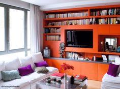 Bibliothèque colorée et multi-fonctions : étagères pour les livres,meuble tV, rangements fermés... #bookshelves #shelvings #orange