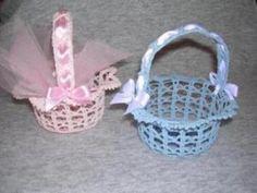 Bomboniere+di+Battesimo+all%27uncinetto%3A+cestino - All%27uncinetto+si+pu%C3%B2+realizzare+anche+un+cestino+portaconfetti Crochet World, Crochet Art, Thread Crochet, Love Crochet, Filet Crochet, Beautiful Crochet, Crochet Doilies, Crochet Flowers, Fabric Flowers