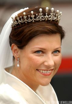 Princess Martha Louise of Norway wears the small setting of the replica of Queen Maud's Pearl Tiara on her wedding day, 24 May 2002 Royal Tiaras, Tiaras And Crowns, Middleton Family, Wedding Tiaras, Dress Up Boxes, Diamond Tiara, Royal Jewelry, Royal Weddings, Wedding Earrings
