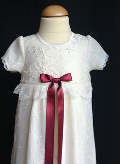 Exklusiv spetsdopklänning Sara från Grace of Sweden med vinröd rosett