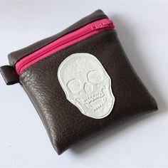 Porte-monnaie tête de mort en simili cuir marron et intérieur rose