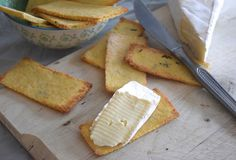 Toastjes met parmezaan en tijm, makkelijk om zelf te maken en lekker voor een gezellige borrelavond. #snack #recept #chickslovefood
