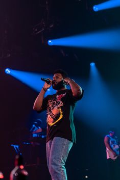 Khalid hit Chicago this week as part of his Free Spirit World Tour. We made ourselves present on Thursday night at the United Center to capture shots of the fast-rising Pop star… Blue Aesthetic, Aesthetic Photo, Aesthetic Pictures, Exo Concert, Concert Hall, Drake Concert, Concert Crowd, Concert Tickets, Artist Wall