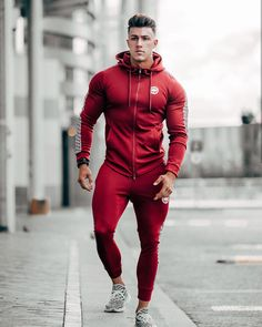 visit our website for the latest men's fashion trends products and tips . Gym Guys, Gym Men, Sport Fashion, Mens Fashion, Gym Outfit Men, Fitness Man, Look Man, Men With Street Style, Sport Man