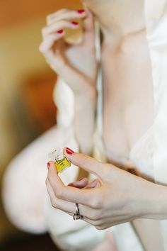 Putting on perfume, bride with red nailpolish, getting ready | A Very Beloved Wedding | Photo: Claire Morgan #boudoire #gettingready #perfum #lifestyleelisabethcardich