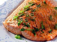 Receita de Salmão grelhado ao vinho branco - salmão e  reserve , deixe descansar por 3 minutos , coloque a margarina em uma frigideira e quando estiver bem q...