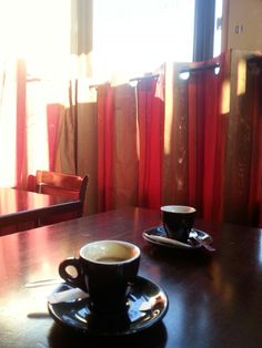 """En attendant un rdv....un ptit café porte des lilas. Et toujours le soleil d hiver ...café un peu miteux """"le metro des lilas"""" piliers de bar ,patronne qui ne sourit pas, et malgré tôt c est quand même chaleureux. Etrange."""