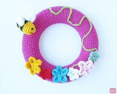 Corona de primavera realizada en ganchillo con flores y abejas {Crochet Spring Wreath}