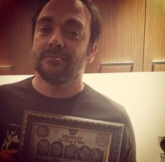 Mark Sheppard with a Crowley shirt Mark Sheppard Supernatural, Jensen Ackles Supernatural, Supernatural Fans, Love My Boys, My Love, Sam And Dean Winchester, My Guardian Angel, Hey Man, Good People