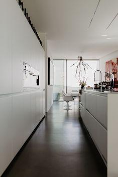 zu Besuch bei Katerina - ein modernes Hanghaus aus Sichtbeton Architectural Digest, Divider, Room, Furniture, Home Decor, Cool Kids Rooms, Light And Shadow, Architecture, Homes