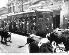 1937 - Rua da Liberdade em direção ao centro da cidade, em um ponto de parada próximo à praça da Liberdade.