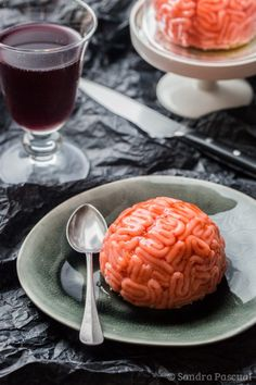 Delicious zombie brains made with a white chocolate mousse, strawberry coulis and marzipan for Halloween! Plat Halloween, Halloween Food For Adults, Dessert Halloween, Creepy Halloween Food, Halloween Party Appetizers, Halloween Treats For Kids, Halloween Cupcakes, Easy Halloween, Halloween 2017