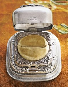 i want a man to propose with one of these: Vintage Silver Ring Box