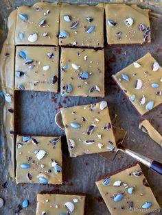 Mokkapalojen vaaleammassa versiossa kuorrutteen kaakaojauhe on vaihdettu valkosuklaaseen. Kahvijauheen ansiosta väri muistutaa maitokahvia. Koristelu on helppo hoitaa makeisilla tai koristerakeilla, joiden värin voi valita juhlan mukaan. 1 pellillinen (25-30 kappaletta) Pohja: 200 g voita tai margariinia 1 ½ dl sokeria 3 munaa 4 dl vehnäjauhoja 4 rkl kaakaojauhetta 2 tl leivinjauhetta 1 ½ dl maitoa […] Tray Bake Recipes, Baking Recipes, Cake Recipes, Finnish Recipes, Sweet Pastries, Cake Bars, Sweet Pie, Piece Of Cakes, Sweet And Salty